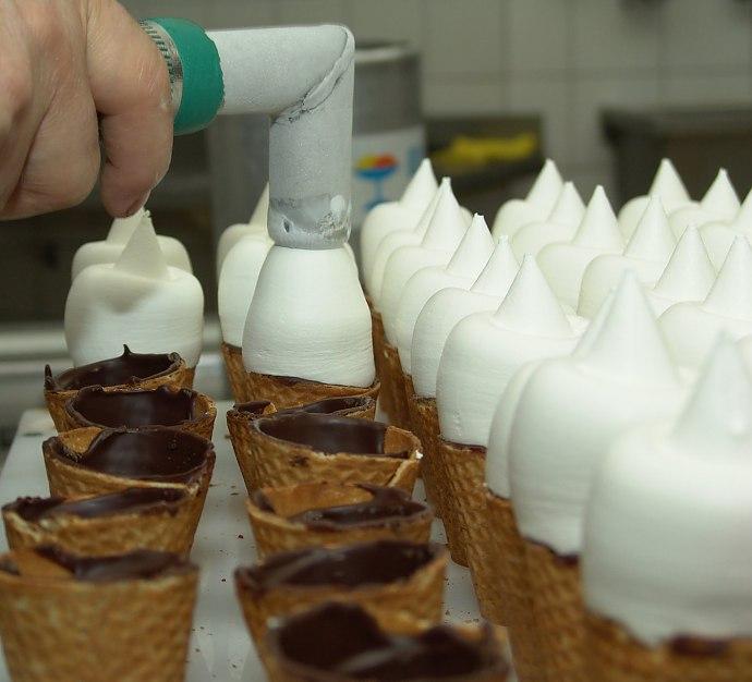 Produktion des legendären Zollicornets noch am alten Standort an der Allschwilerstrasse